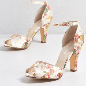 Chelsea crew toe heel in blush floral sz8, shoes